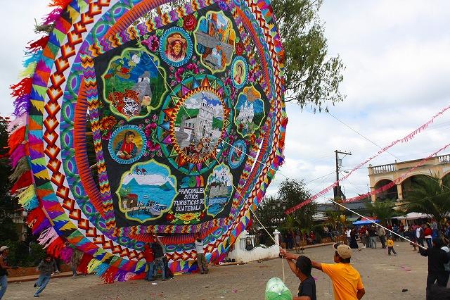 地元の人たちと作った14mの大凧(グアテマラ)